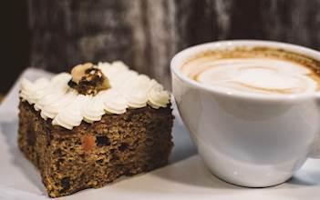 העוגה שליד הקפה