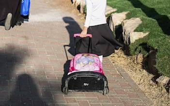 ילדה בדרך לבית הספר