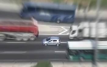 רכב נוסע לאחור בכביש בגין
