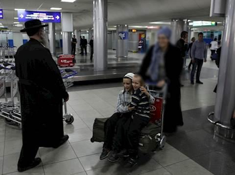 ילדים בדרך לטיסה