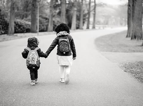 אחים בדרך לבית הספר