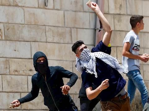 נערים ערבים מיידים אבנים