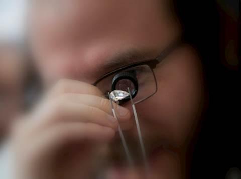 חרדי בוחן יהלומים. אילוסטרציה