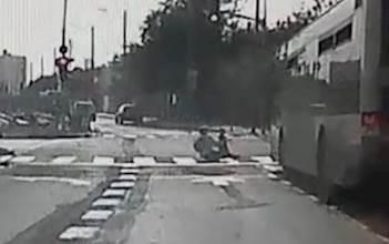 האם מזנקת לעבר הכביש