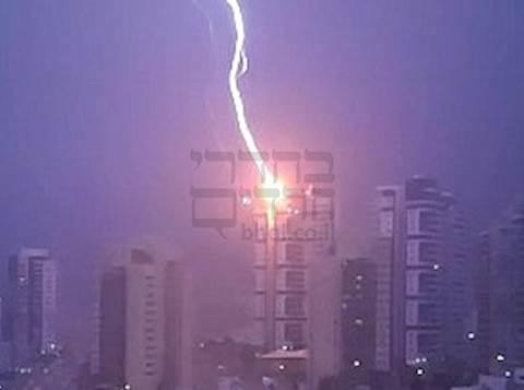 ברק פוגע בבניין בראש העין