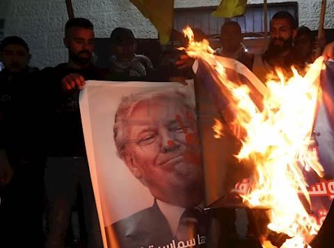 ערבים מפגינים נגד תכנית המאה