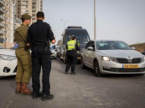 שוטרים וחיילים ברחובות