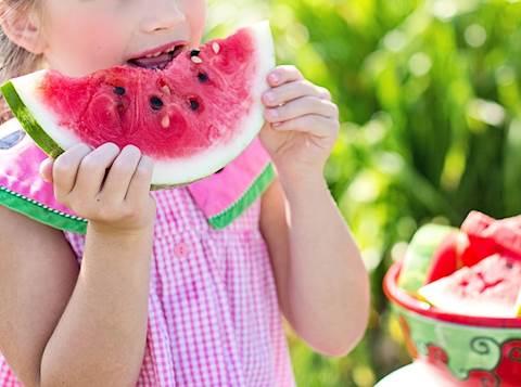 ילדה אוכלת אבטיח
