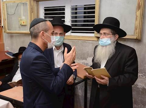 גמזו בסיור בבתי הכנסת