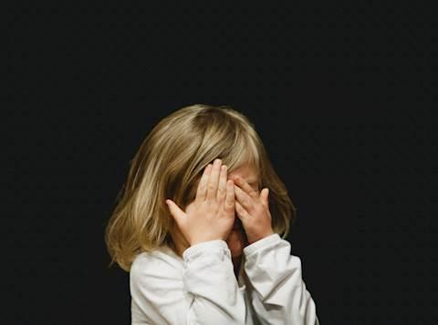 ילדה מכסה עיניים