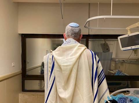 בני גנץ בחדרו בבית החולים באשפוז הקודם