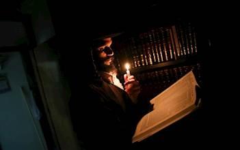 לומד בחשיכה לאור הנר. אילוסטרציה