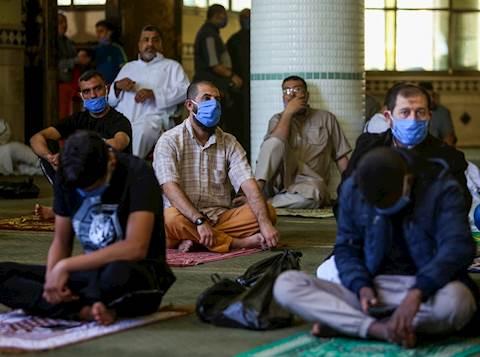 מוסלמים עם מסכות במסגד