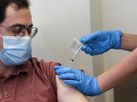 נסיין ישראלי מקבל חיסון לקורונה