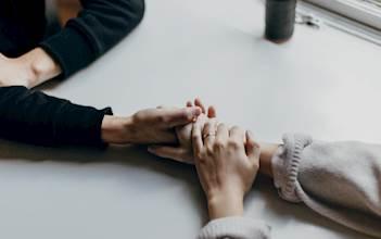לוחצות ידיים