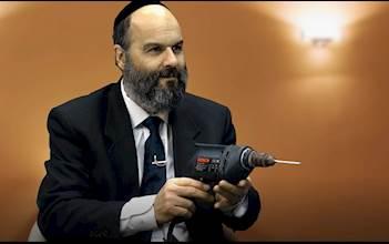 הרב משה אליאס עם מקדחה