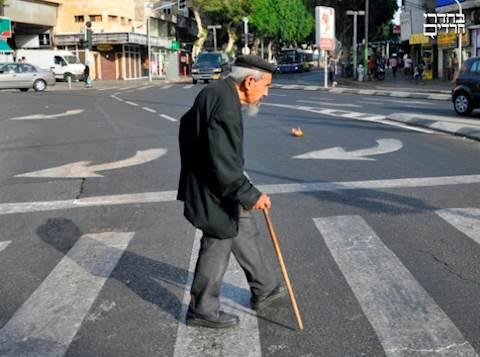 קשיש זקן חוצה כביש