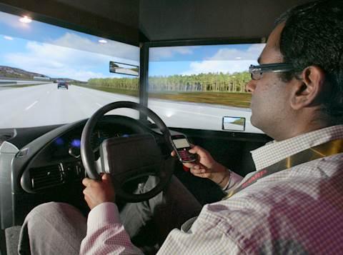 נהיגה תוך שימוש בטלפון נייד. צילום אילוסטרציה: רויטרס