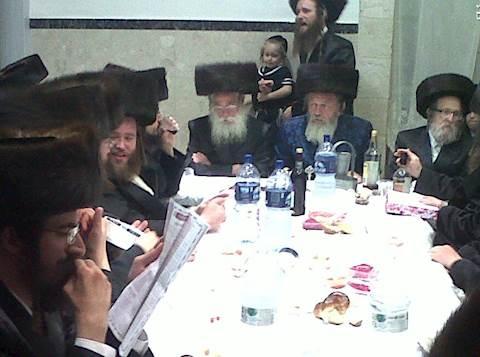 האחים מספינקא ירושלים בסעודה שלישית. צילום (לאחר צאת השבת): בחדרי חרדים