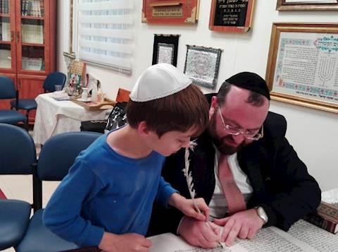 כתיבת ספר תורה בקיבוץ בארי עם הרב רענן