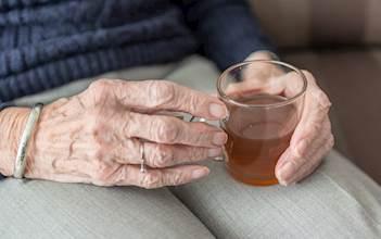 קשיש שותה תה חם