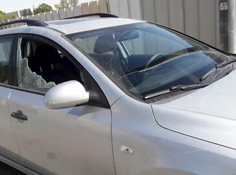 רכב שנפגע מידויי אבנים